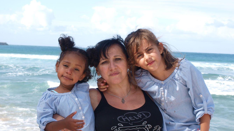Foto: Fotografía facilitada por Rosa Maestro, presidenta de Madres Solas Por Elección (Masola), en la que posa con sus dos hijas.