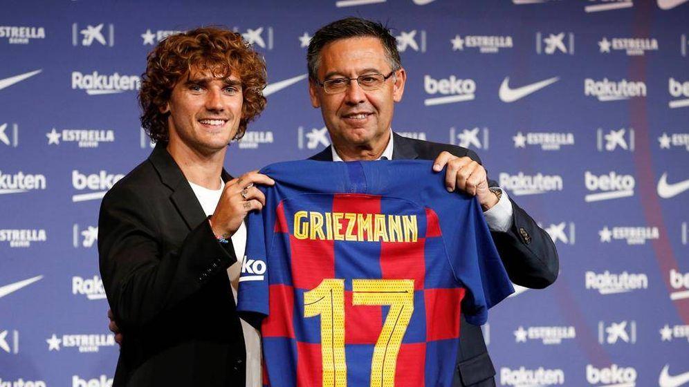Foto: Josep María Bartomeu, junto a Antoine Griezmann en la presentación del francés como jugador del Barça. (EFE)