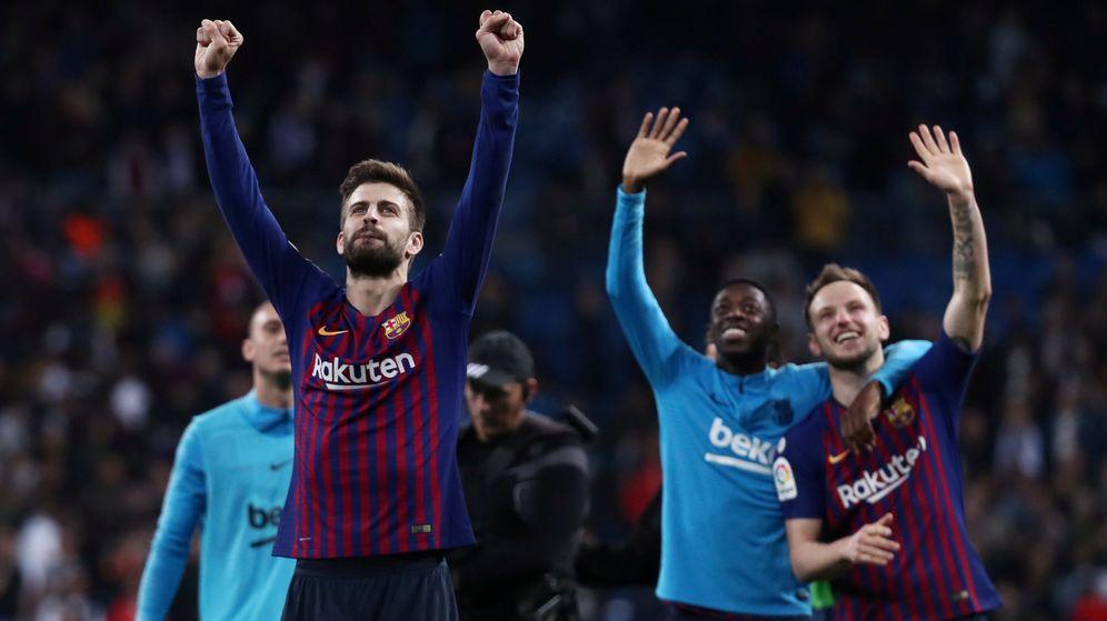 Foto: Gerard Piqué celebra con sus compañeros y los aficionados del Barça presente en el Camp Nou la victoria ante el Real Madrid. (Reuters)