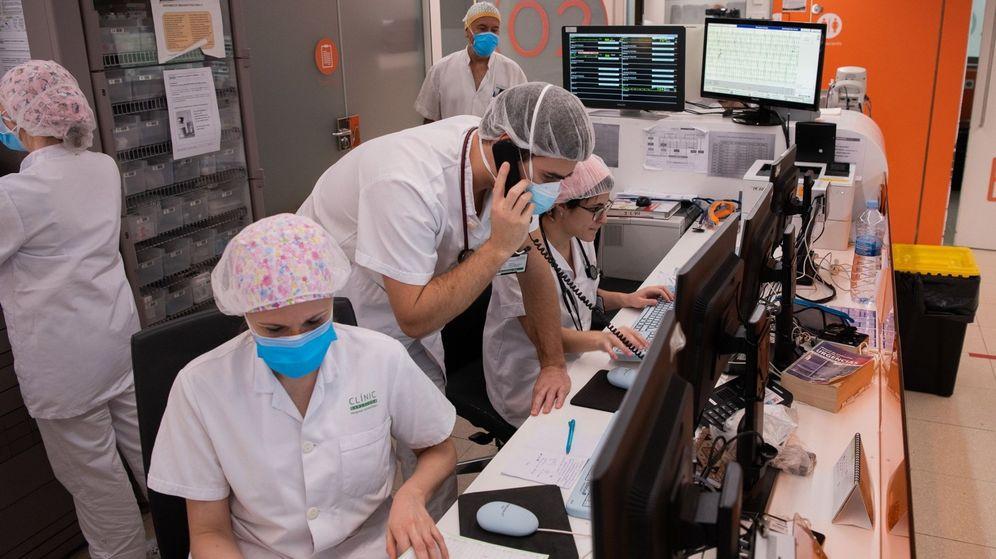 Foto: Profesionales sanitarios del Hospital Clínic de Barcelona. (EFE)
