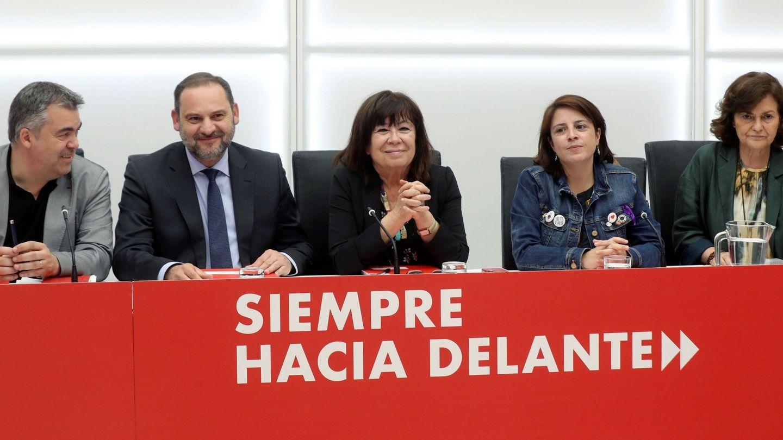 Los miembros de la ejecutiva federal del PSOE Santos Cerdán (i), José Luis Ábalos (2i), Cristina Narbona (c), Adriana Lastra (2d), y Carmen Calvo (d), el pasado 27 de mayo en Ferraz. (EFE)