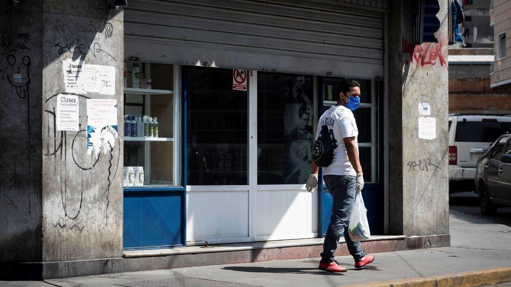 Foto: Un negocio, cerrando su persiana. (EFE)