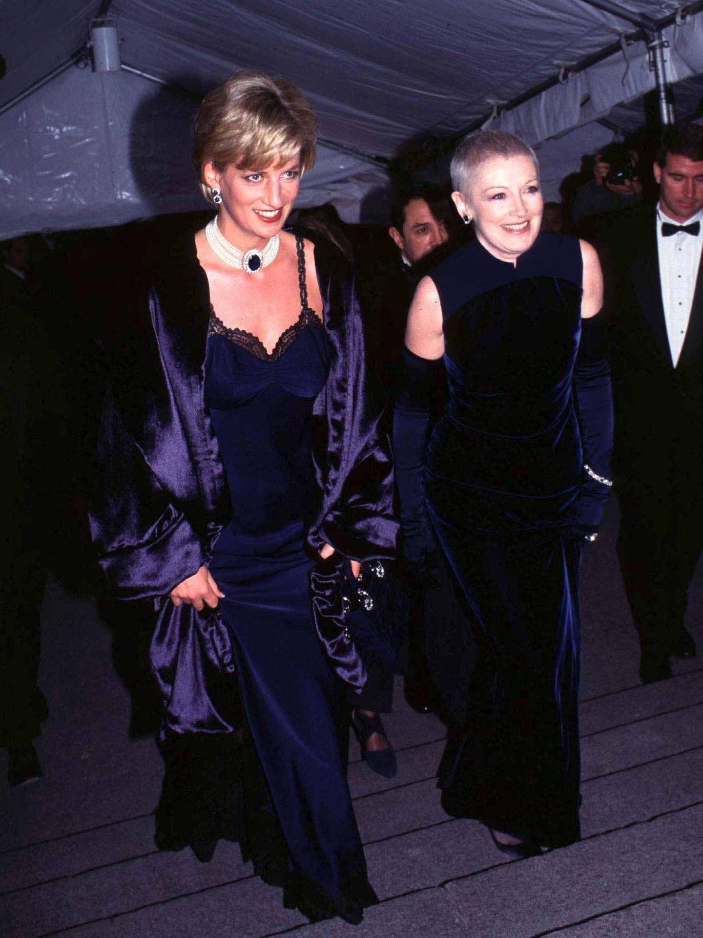 Diana de Gales, junto a su amiga Liz Tilberis en el Metropolitan Museum en 1996. (Cordon Press)