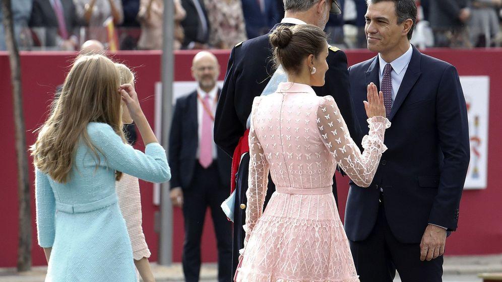 Foto: El Rey Felipe VI, junto a la Reina Letizia, la princesa Leonor y al infanta Sofía, saluda al presidente del Gobierno en funciones, Pedro Sánchez. (EFE)