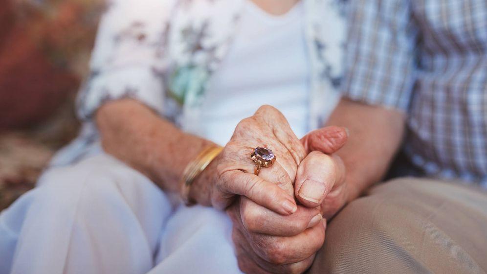 Foto: Una pareja de ancianos se da la mano. (iStock)