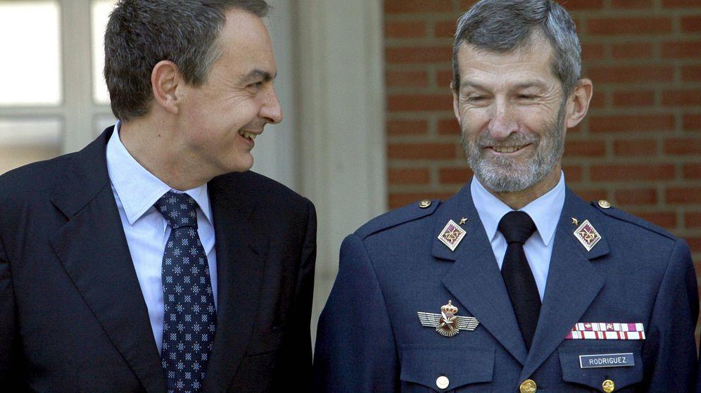 Foto: El presidente del Gobierno, José Luis Rodríguez Zapatero, charla con el teniente general del Ejército del Aire José Julio Rodríguez Fernández. (Efe)