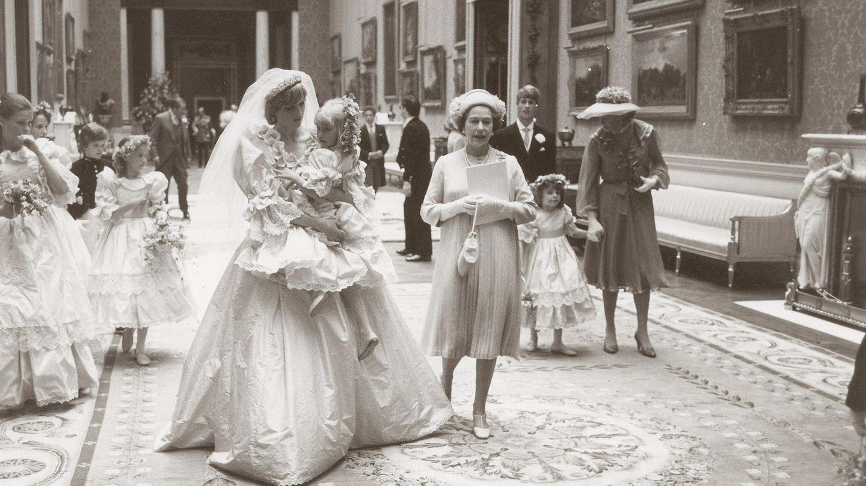 Diana de Gales, junto a la reina Isabel II en el palacio de Buckingham el día de su boda con el príncipe Carlos. (EFE)