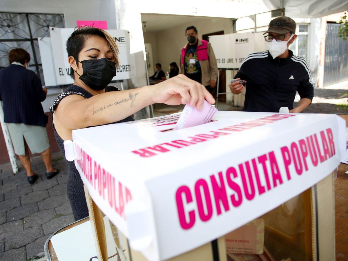 Foto: Una mujer vota en la consulta popular en México. (Reuters)