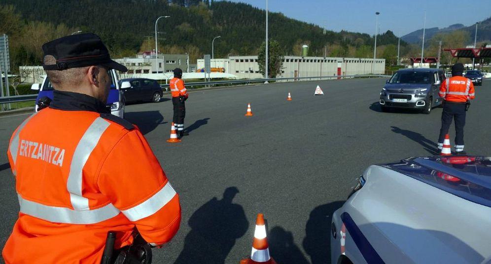 Foto: Varios agentes de la Ertzaintza en un control para velar por el cumplimiento del estado de alarma. (Irekia)