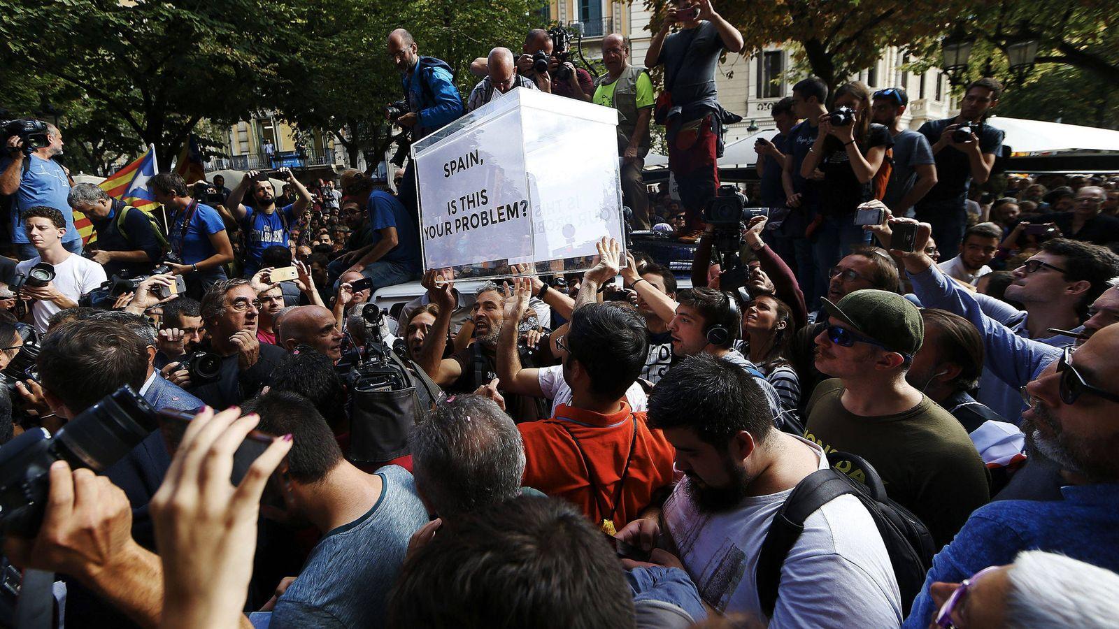 Foto: Cientos de personas se concentraron ante la sede de la Conselleria de Economía. (EFE)