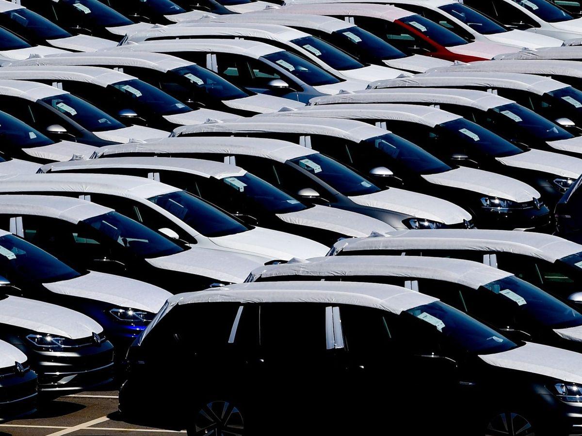 Foto: Vehículos recién salidos de fábrica en una factoría. (EFE)