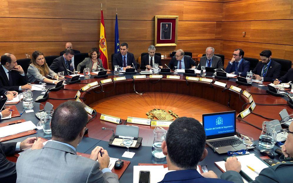 Foto: Pedro Sánchez y Carmen Calvo presiden el comité de seguimiento de la crisis en Cataluña, este 20 de octubre en la Moncloa. (EFE)