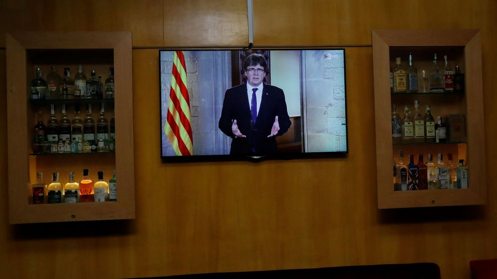 Foto: El presidente de la Generalitat, Carles Puigdemont, en un televisor. (Reuters)
