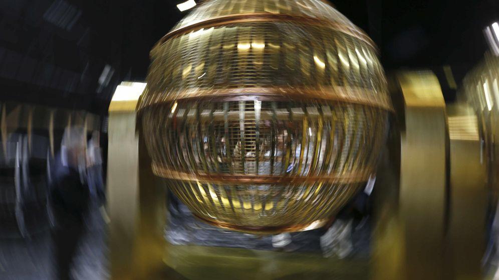 Foto: Cada 22 de diciembre estos bombos reparten suerte (EFE)