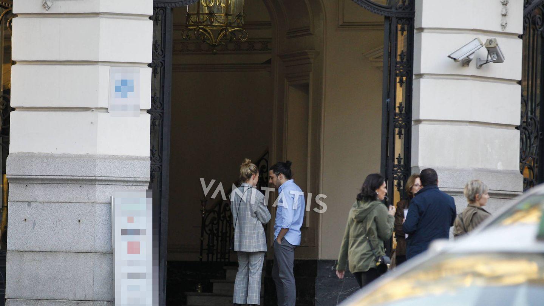 Marta Ortega y Carlos Torretta en el portal de su nueva casa. (Vanitatis)