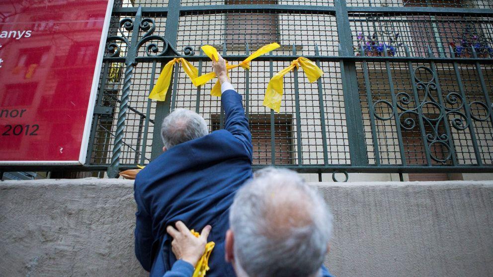 Los juristas avisan: multar por quitar lazos amarillos roza la prevaricación