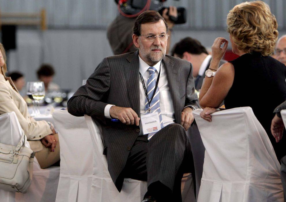 Foto: El presidente del PP, Mariano Rajoy (2i) y Esperanza Aguirre (2d) charlan en presencia de la secretaria genetal del PP, María Dolores de Cospedal. (EFE)