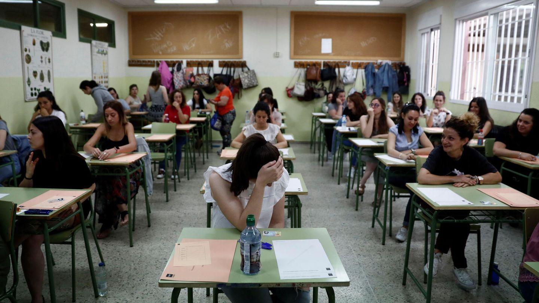 Varias profesoras momentos antes de examinarse para optar a una de las 30.562 plazas de funcionarios docentes que se ofertaron en España este verano. (EFE)