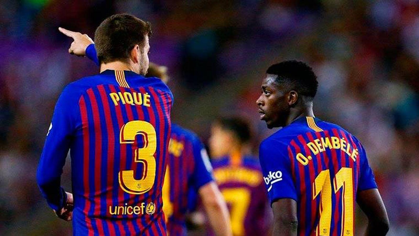Foto: Piqué habla con Dembelé durante un partido del Barça. (EFE)