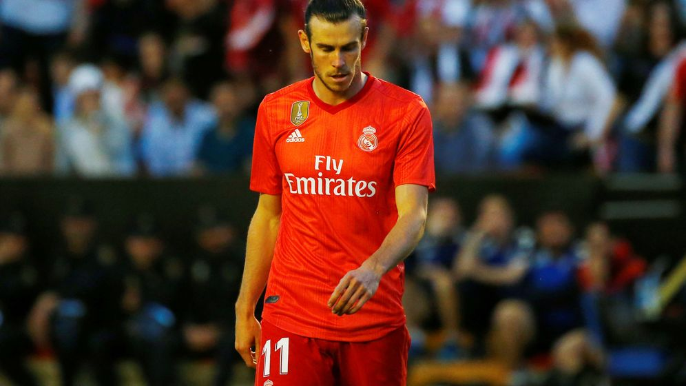 Foto: Gareth Bale se marcha del estadio de Vallecas con la mirada al suelo y gesto pensativo. (EFE)