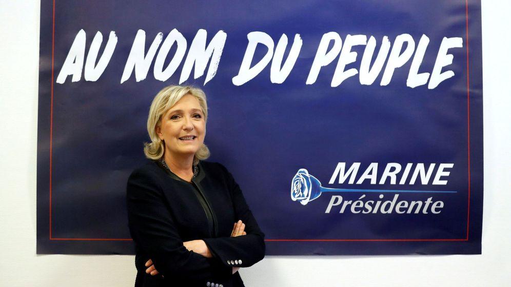 Foto: La líder del ultraderechista Frente Nacional, Marine Le Pen, con un cartel de su campaña electoral. (Reuters)