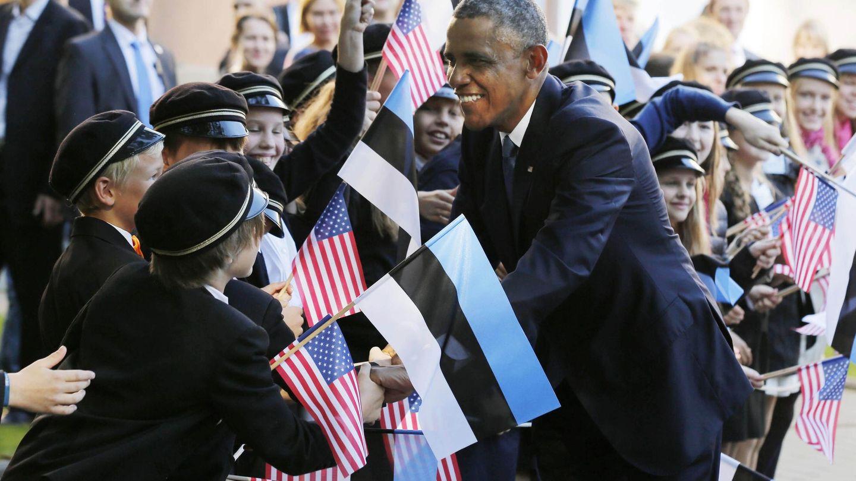 El presidente Obama saluda a un grupo de niños durante su visita a Tallin (Reuters)