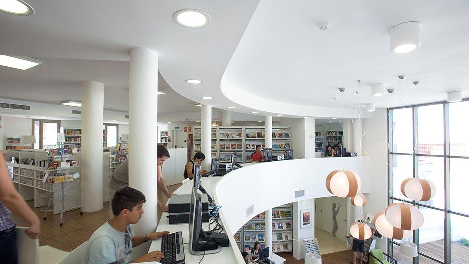 Foto: Interior de la biblioteca pública Trinitari Fabregat, en Alcanar (Tarragona).