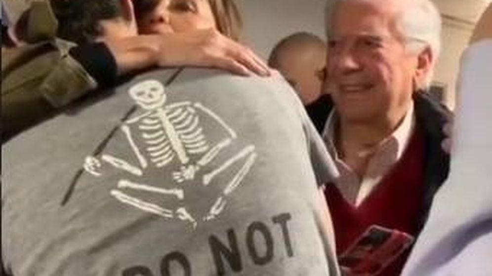 Foto: Isabel Preysler y Mario Vargas Llosa felicitando a Enrique Iglesias en el backstage. (IG)