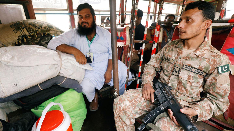 Un soldado y un funcionario distribuyen material electoral en una furgoneta en Karachi, el 24 de julio de 2018. (Reuters)