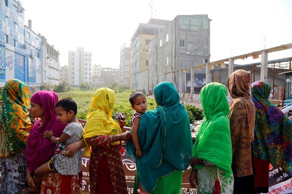 Foto: Familiares de alguna de las víctimas visitan en el lugar donde se erigía el complejo textil Rana Plaza, en Dacca. (EFE)