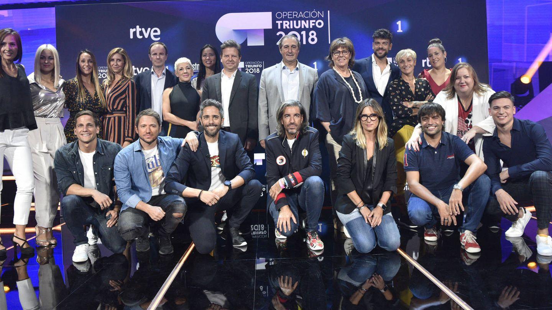 Roberto Leal con el equipo de 'OT 2018'. (RTVE)