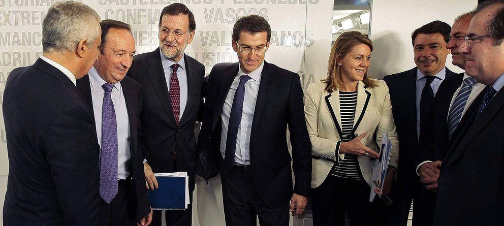 Foto: Rajoy (3i), el vicesecretario de Política Autonómica y Local Javier Arenas (i), Núñez Feijóo (c), Cospedal (4d), Pedro Sanz (2i), Ignacio González (3d), José Antonio Monago (2d) y Juan Vicente Herrera. (EFE)
