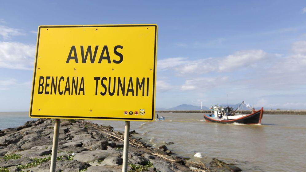 Foto: Una señal de 'Peligro de tsunami' en Indonesia. (EFE)