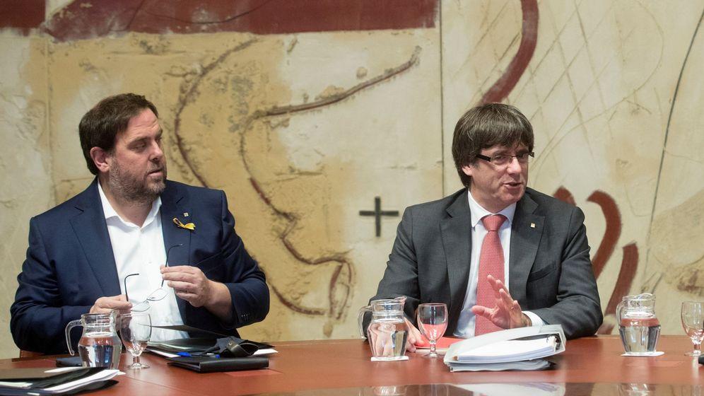 Foto: El expresidente de la Generalitat Carles Puigdemont (d) y el exvicepresidente Oriol Junqueras. (EFE)
