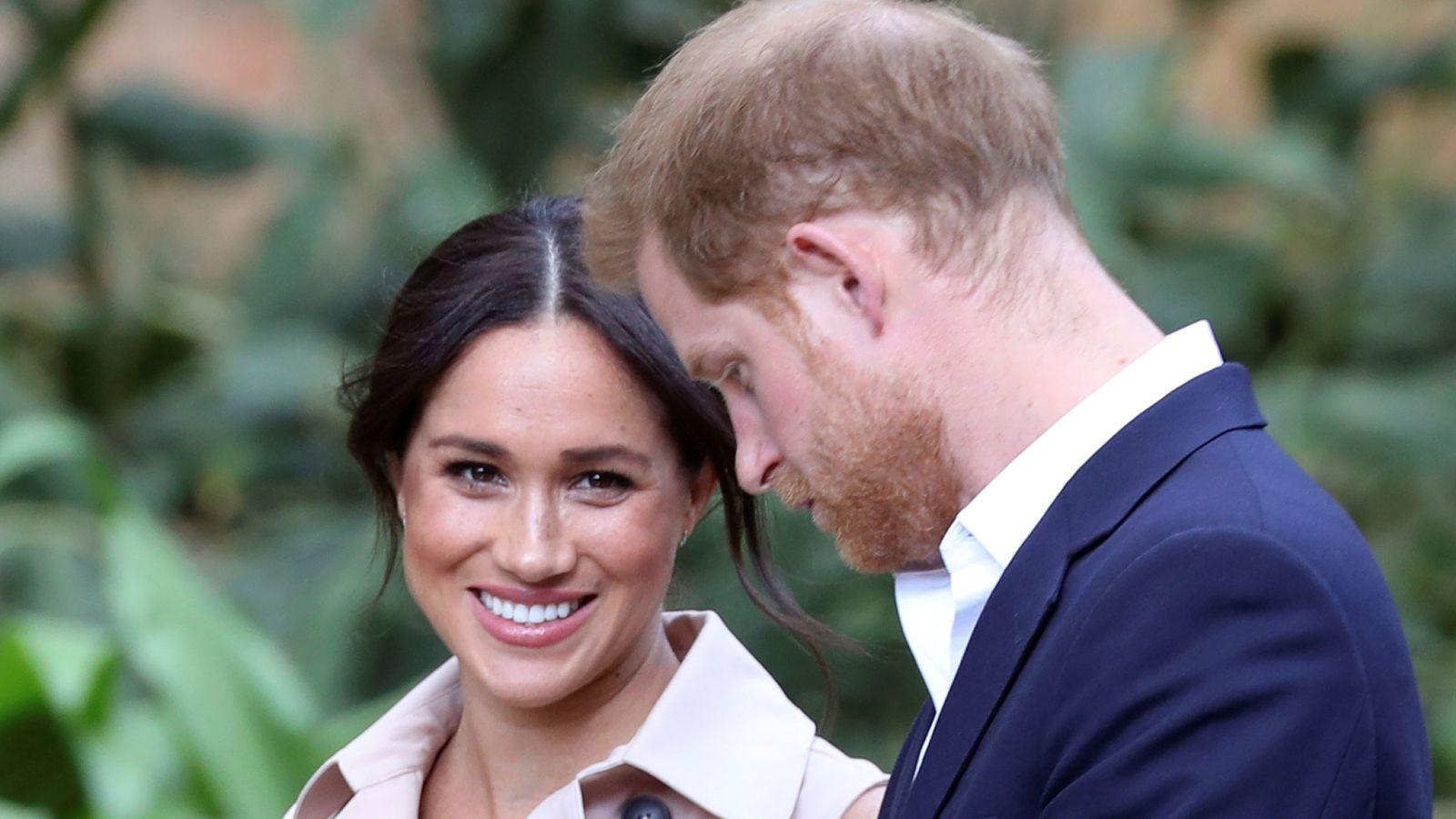 Foto: Meghan Markle y el príncipe Harry, este miércoles en Sudáfrica. (Reuters)