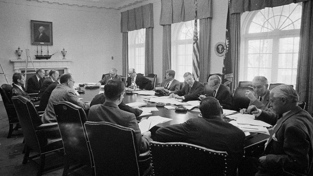 Foto: JFK y sus asesores, reunidos el 29 de octubre de 1962, durante la crisis de los misiles. (EFE)