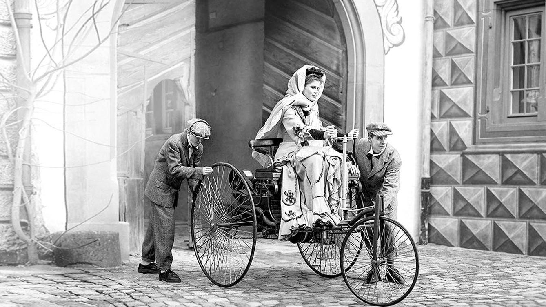Foto: Bertha Benz, a finales del siglo XIX, conduce el Benz Patent Motor Car. (Imagen: Mercedes-Benz)