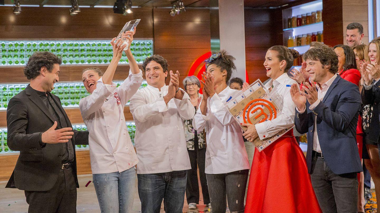 Marta celebra el triunfo con sus compañeros. (TVE)