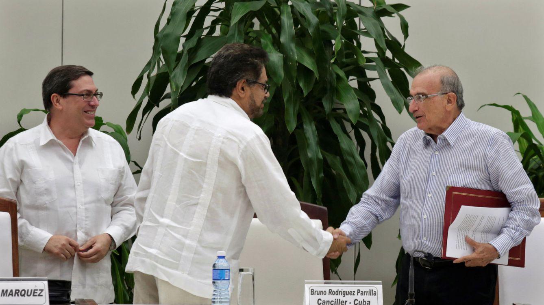Foto: Los jefes negociadores de la guerrilla, 'Iván Márquez', y del Gobierno colombiano, Humberto de la Calle, se dan un apretón de manos tras dar a conocer el segundo acuerdo de paz. (Reuters)
