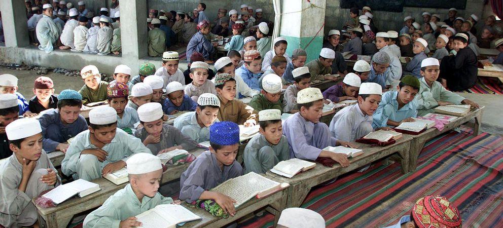 Unos niños recitan el Corán cerca de Karachi (Reuters).