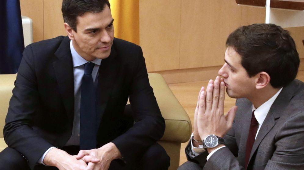 Foto: El secretario general del PSOE, Pedro Sánchez, y el líder de Ciudadanos, Albert Rivera. (Efe)