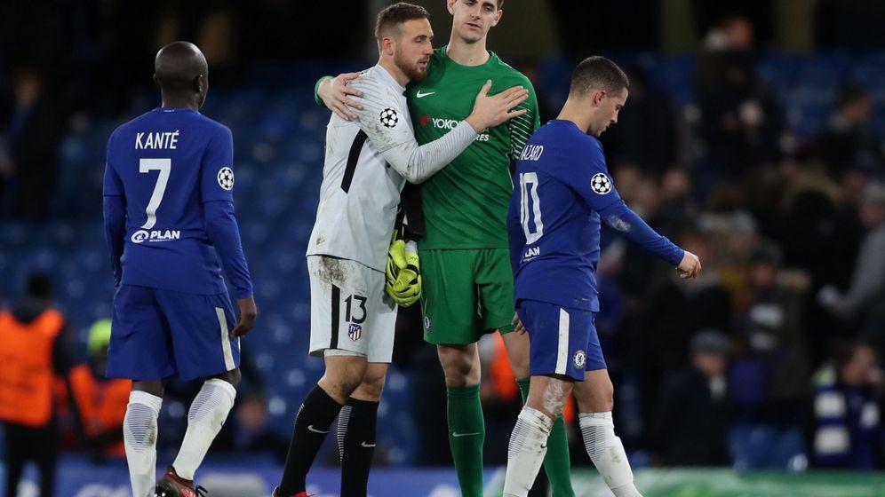 Foto: Oblak y Courtois, durante la etapa del belga en el Chelsea. (Reuters)