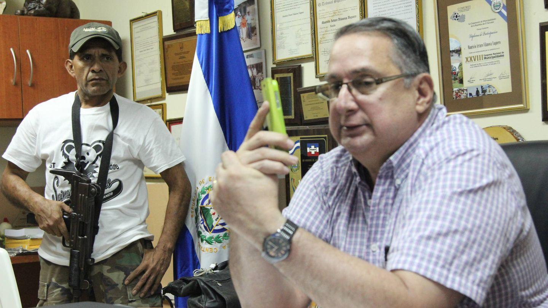 Mauricio Vilanova y su escolta en El Salvador. (J.B.)