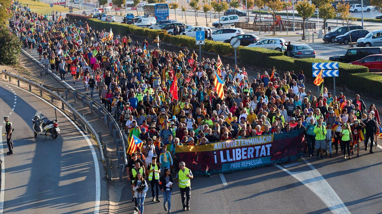 Marcha a la altura de Malgrat de Mar (Barcelona) en la segunda jornada. (EFE)