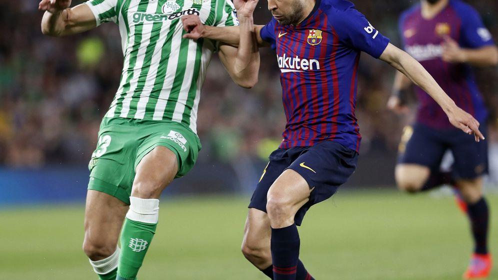Foto: Aissa Mandi (i) y Jordi ALba en el Real Betis-FC Barcelona de la pasada temporada. (EFE)