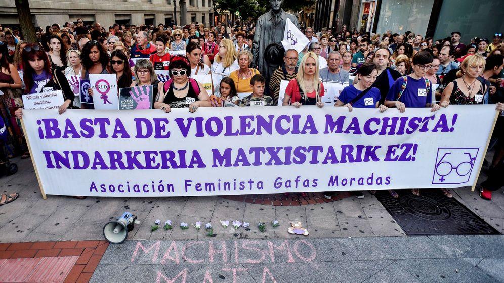 Foto: Concentración convocada por la asociación feminista Gafas Moradas en la plaza Moyúa de Bilbao contra los feminicidios y las agresiones machistas. (EFE)