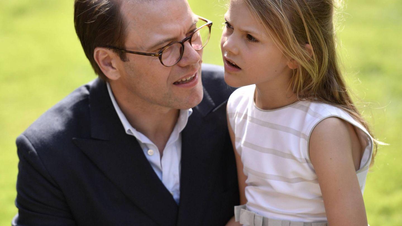 Estelle de Suecia, muy cariñosa con su padre. (Cordon Press)