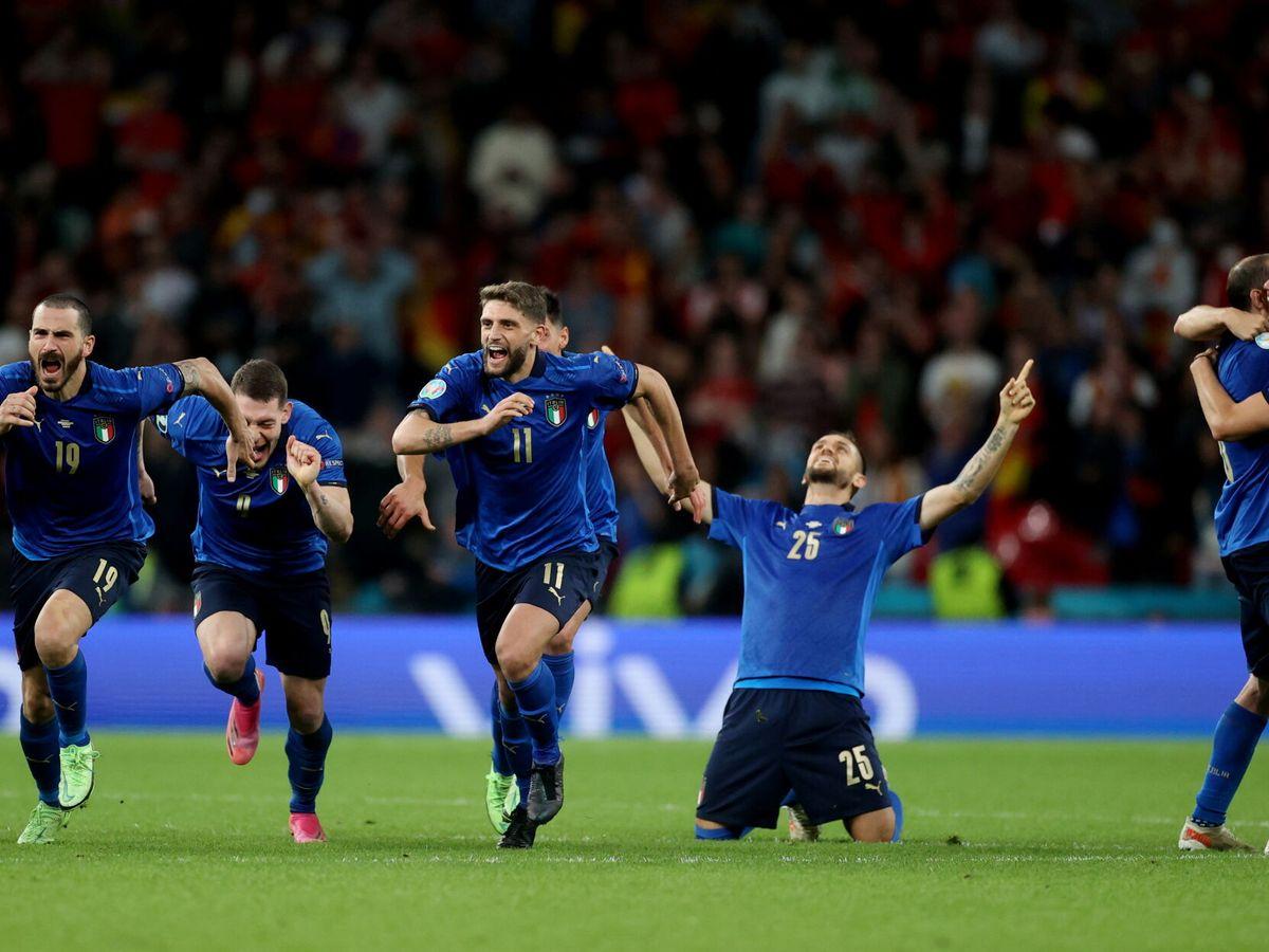 Foto: Los jugadores transalpinos celebran el pase a la final de la Eurocopa. (Reuters)