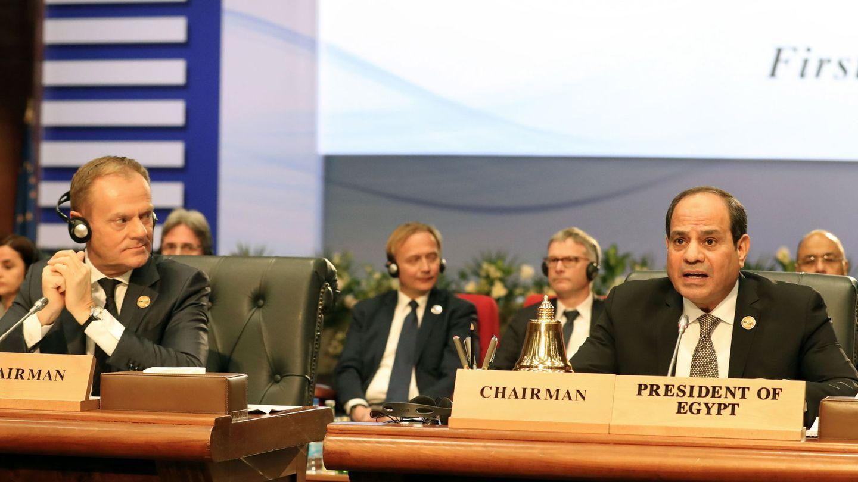 Donald Tusk y el presidente egipcio Abdel Fattah al-Sisi durante la cumbre en Sharm el-Sheikh, Egipto. (EFE)