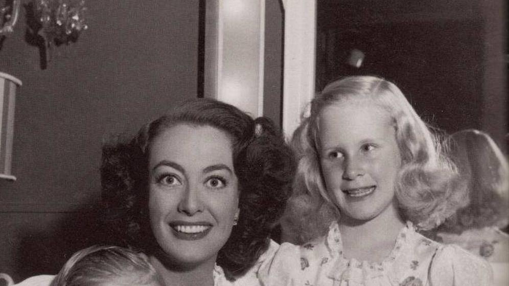 Foto: Joan Crawford junto a sus hijos mayores, Christopher y Christina. (Notorious)
